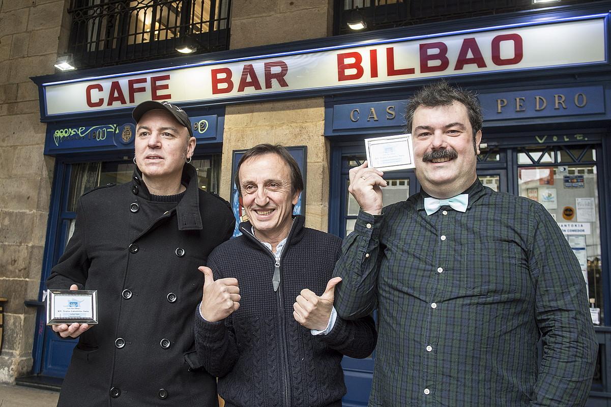 Lutxo Egia idazlea, eta Mikel Martinez eta Chema Trujillo aktoreak, Cafe Bar Bilbaon, atzo.