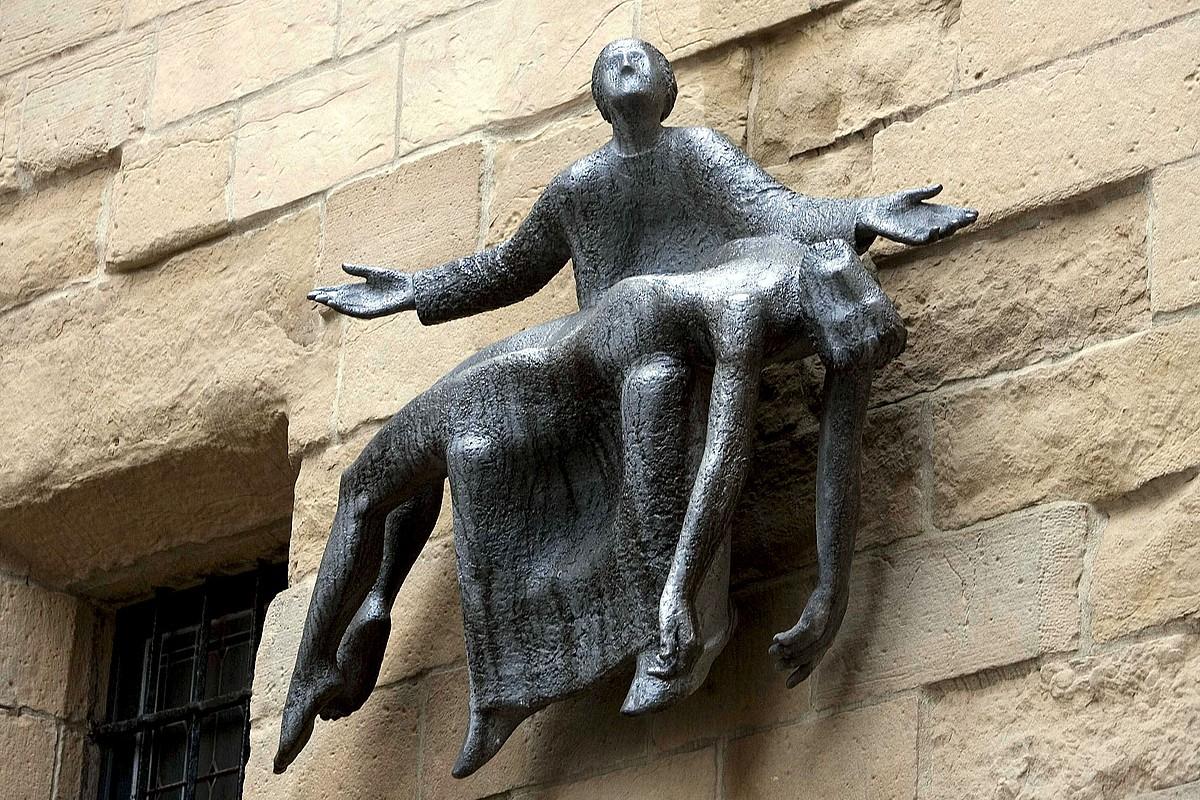Oteizaren <em>Pietatea</em>, Donostiako San Bizente elizan. / J. ETXEZARRETA / EFE
