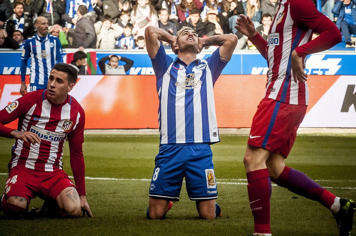 Camarasa Alaveseko erdilaria bi eskuak buruan dituela, atzo, Atletico Madrilen aurka huts egindako aukera baten ondoren. ©JAIZKI FONTANEDA / ARGAZKI PRESS