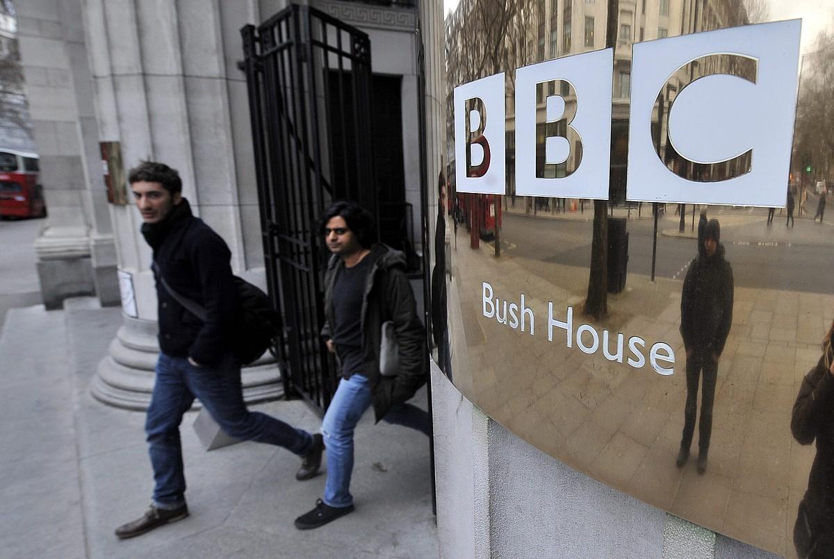 Munduan sortu zen aurreneko telebista publikoa da BBC. Irudian, Londresko egoitzaren sarrera. / ANDY RAIN / EFE