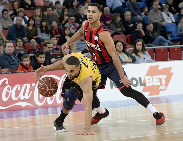 <b>Larkin Baskoniakoa, White Tenerifekoa zaintzen, ACB ligako partidan.</b> &copy;J. R.G. / EFE