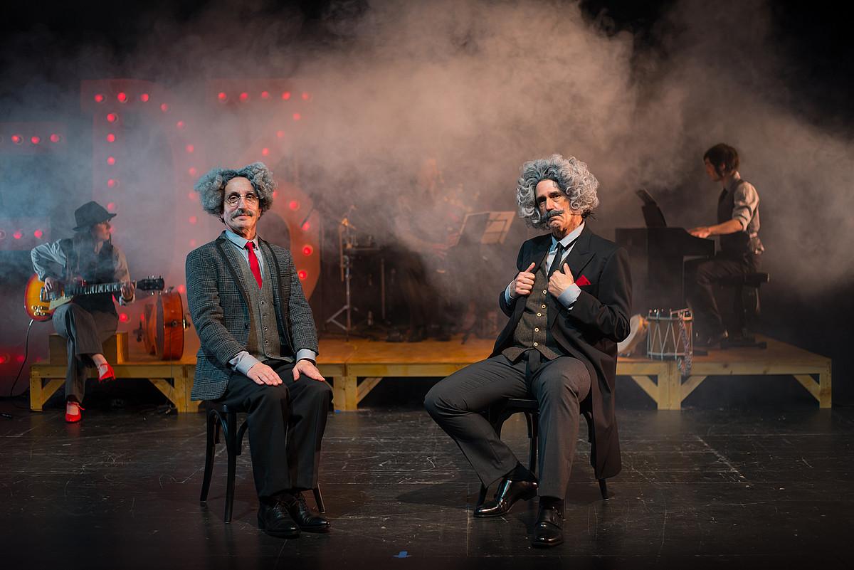 Mikel Martinez eta Patxo Telleria aktoreak, <em>Ez dok hiru, euskal musikaren benetako istorioa</em> ikuskizunaren entseguetariko batean.