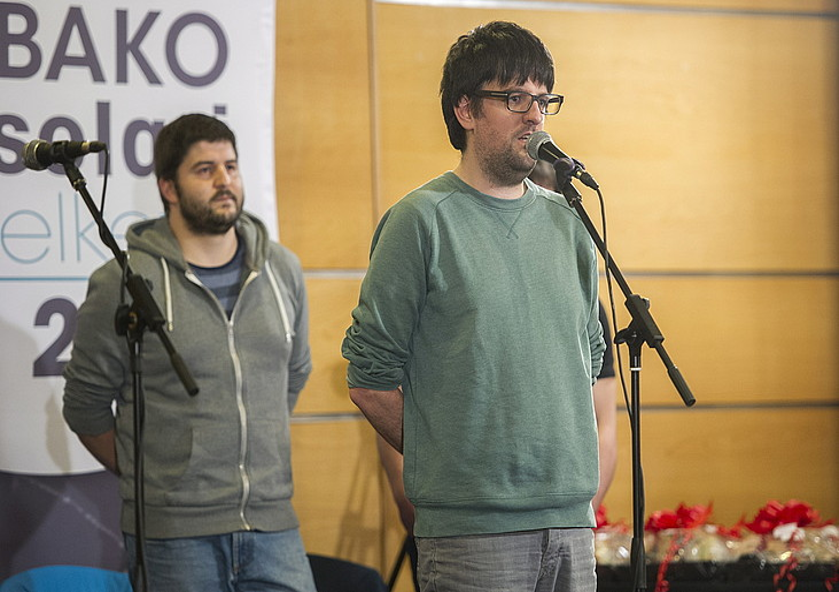 Manex Agirre kantuan, atzo, Legution, atzean Iñaki Viñaspre duela. ©JUANAN RUIZ / RGAZKI PRESS