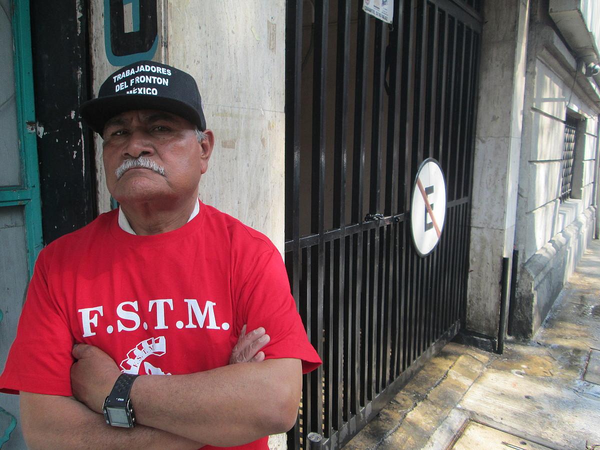 Emilio Rincon Fronton Mexicoko grebalaria, pilotalekuaren sarreraren ondoan. ©IGOR SUSAETA