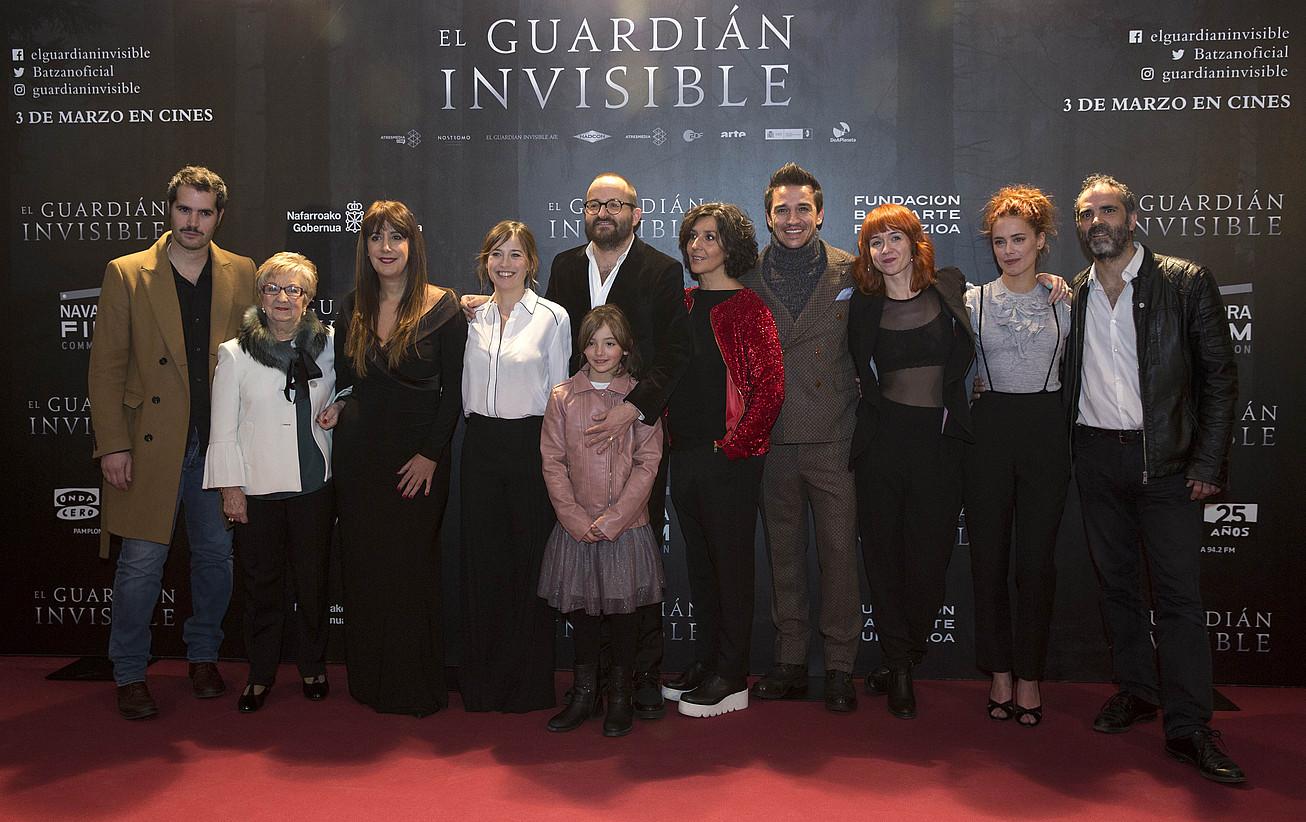 <em>El guardi�n invisible</em> filmeko lantaldea, Iru&ntilde;ean, otsailaren 22an egindako aurkezpenean. / VILLAR LOPEZ / EFE