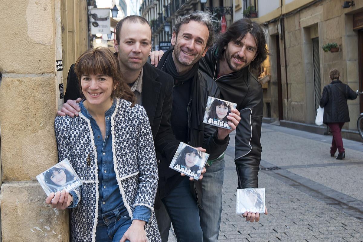 Maider kantaria, <em>Zuei</em> diskoan parte hartu duten Urbil Artola, Dani Venegas eta Gorka Urra musikariekin.