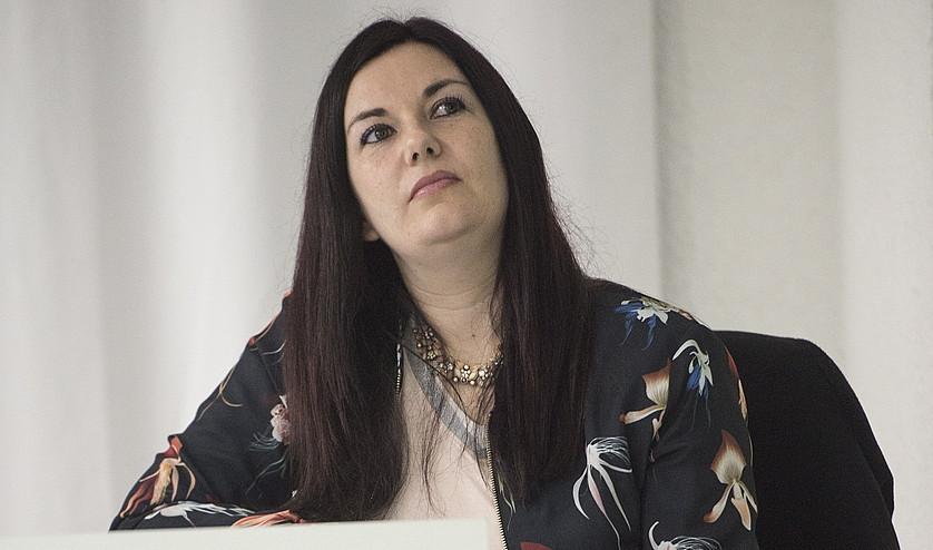 Ledicia Costas idazlea, Bilbon, Deustuko Unibertsitatean emandako hitzaldian.