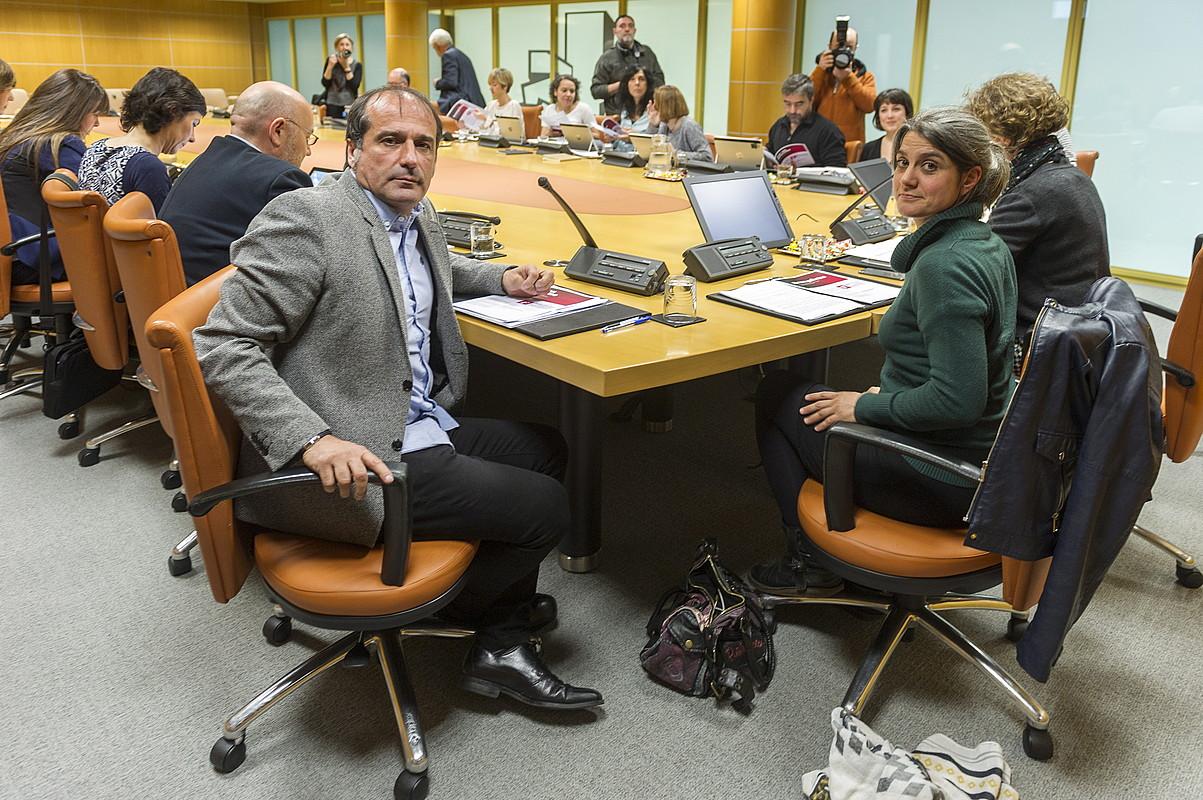 Foro Sozialeko Agus Hernan eta Anaiz Funosas Gasteizen, atzo, Eusko Legebiltzarrean. / JUANAN RUIZ / ARGAZKI PRESS