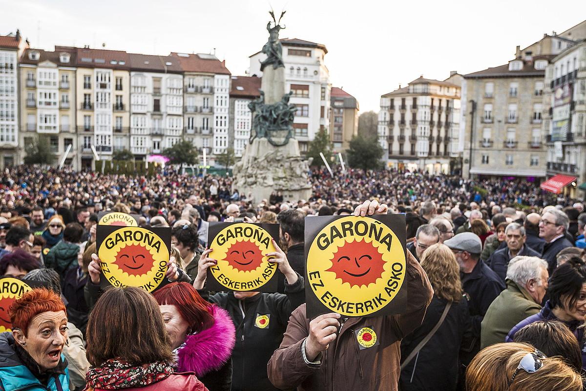 Jendetza Gasteizko Andra Maria Zuriaren plazan, atzo, Garoñaren aurkako manifestazioan.