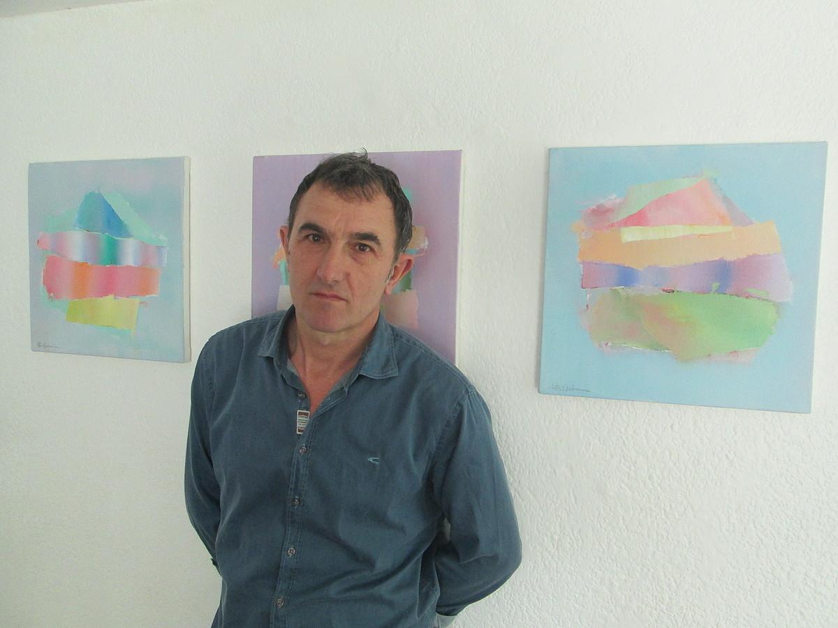 Aitor Etxeberria, Mexiko Hiriko Casa Galerian, <em>Gravitaciones</em> saileko hiru lan atzean dituela.