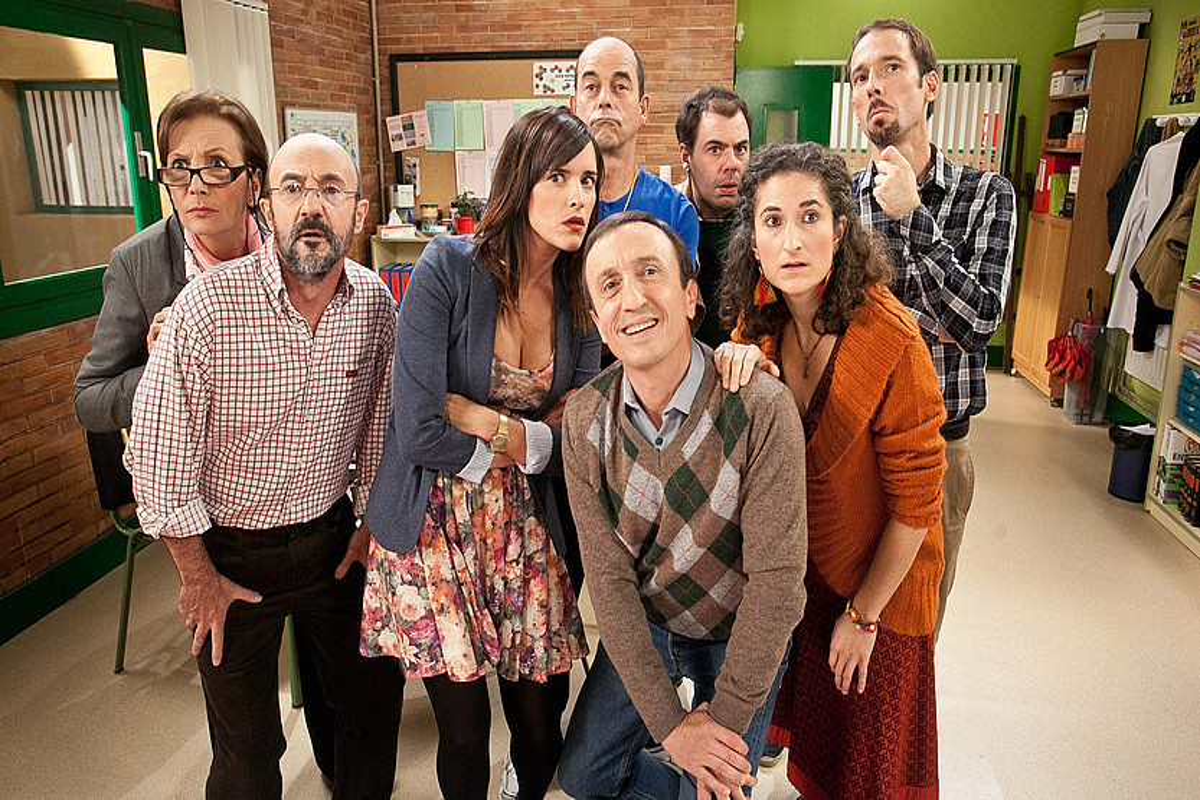 <em>DBH</em> telesaileko aktoreak. Erdian, Mikel Martinez, Hasier irakaslearen paperean. &copy;EITB