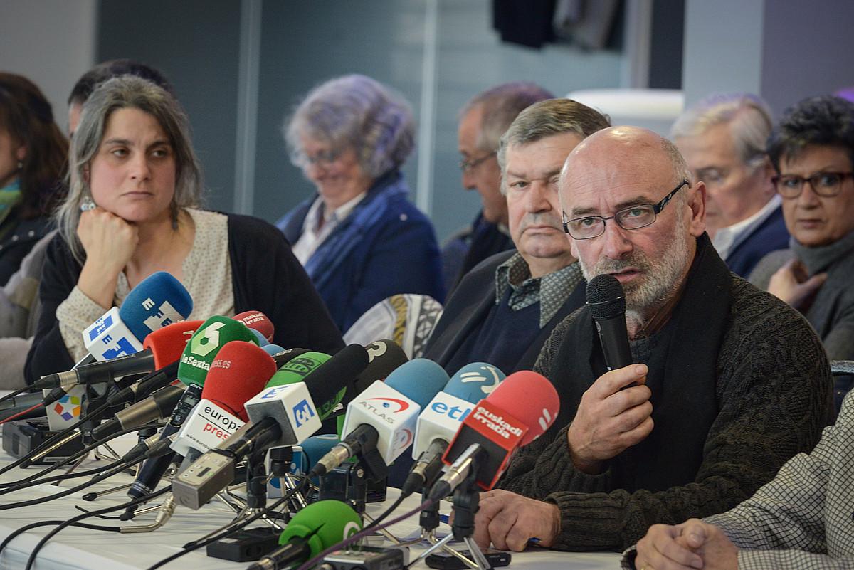 Ipar Euskal Herriko erakundeetako eta gizarte zibileko kideak, martxoaren 23an; Mixel Berhokoirigoin hizketan. / I. M.