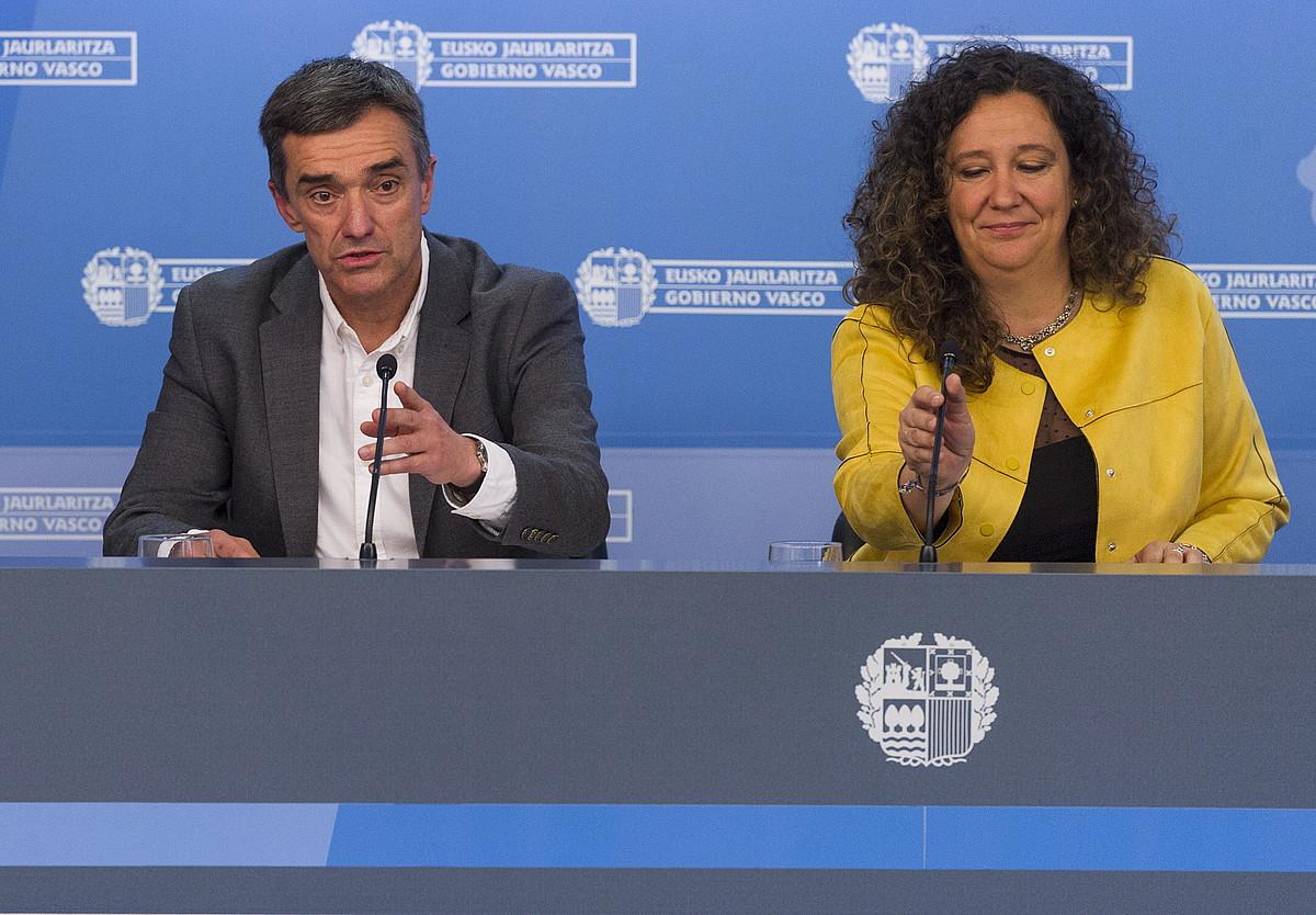 Jonan Fernandez eta Monika Hernando, atzo, Bizikidetzaren eta Giza Eskubideen Planaren aurkezpenean. / JUANAN RUIZ / ARGAZKI PRESS