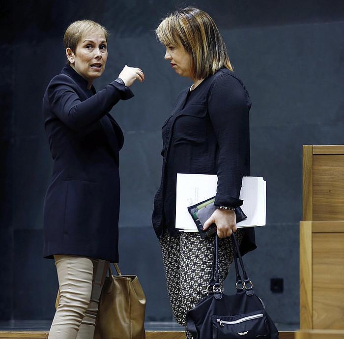 Uxue Barkos eta Ainhoa Aznarez, Nafarroako Parlamentuan. / JESUS DIGES / EFE