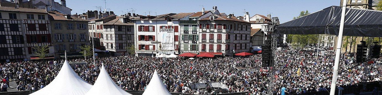 Baionako plaza goraino bete zen ekitaldi nagusian. / J. ETXEZARRETA