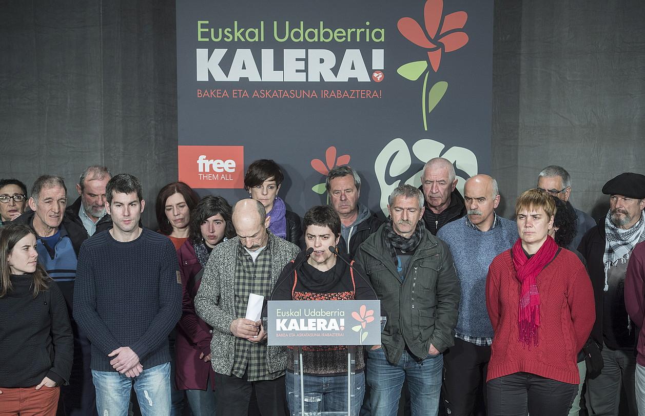 Preso ohiak eta ezker abertzaleko kideak, Donostian, martxoan, <em>Euskal udaberria kalera</em> dinamika aurkezten.