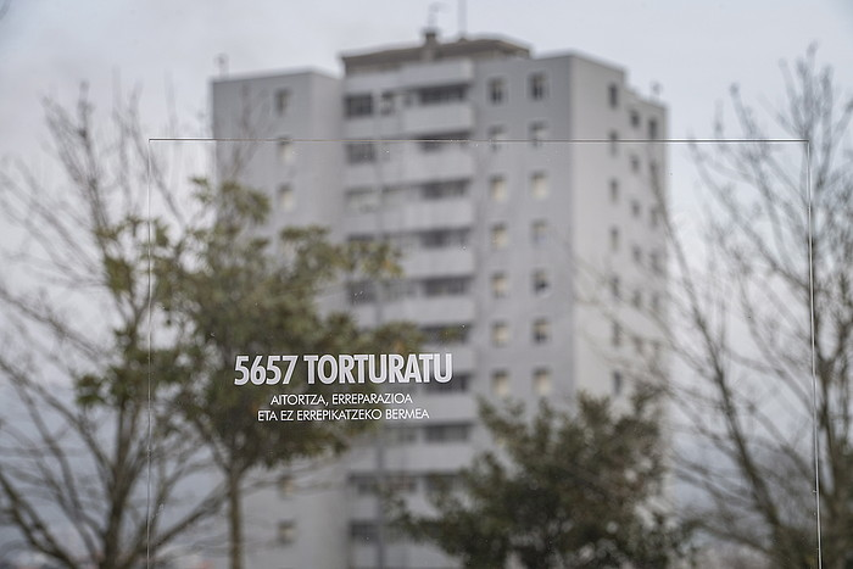 Torturaren aurkako manifestaziora deitzekoaurtengo otsailean egindako agerraldikoirudi bat; Donostiako Intxaurrondokokuartela da atzekoa. ©JON URBE / ARGAZKI PRESS