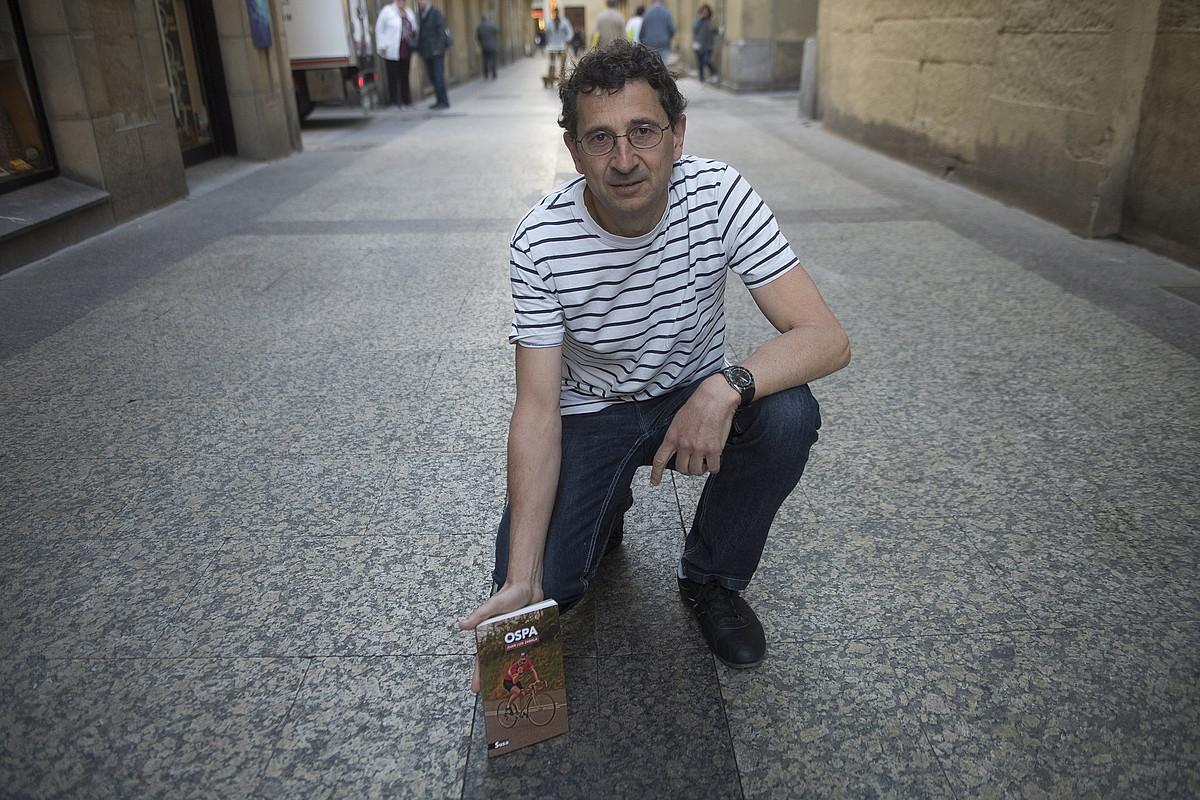 Juan Luis Zabala idazlea, <em>Ospa</em> ipuin liburuaren aurkezpenean, atzo, Donostian.