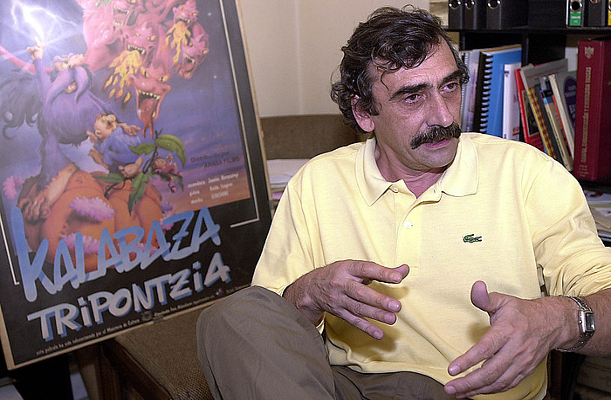 Juanba Berasategi, <em>Kalabaza tripontzia</em>-ren kartela atzean duela, 2002an, bere bulegoan.