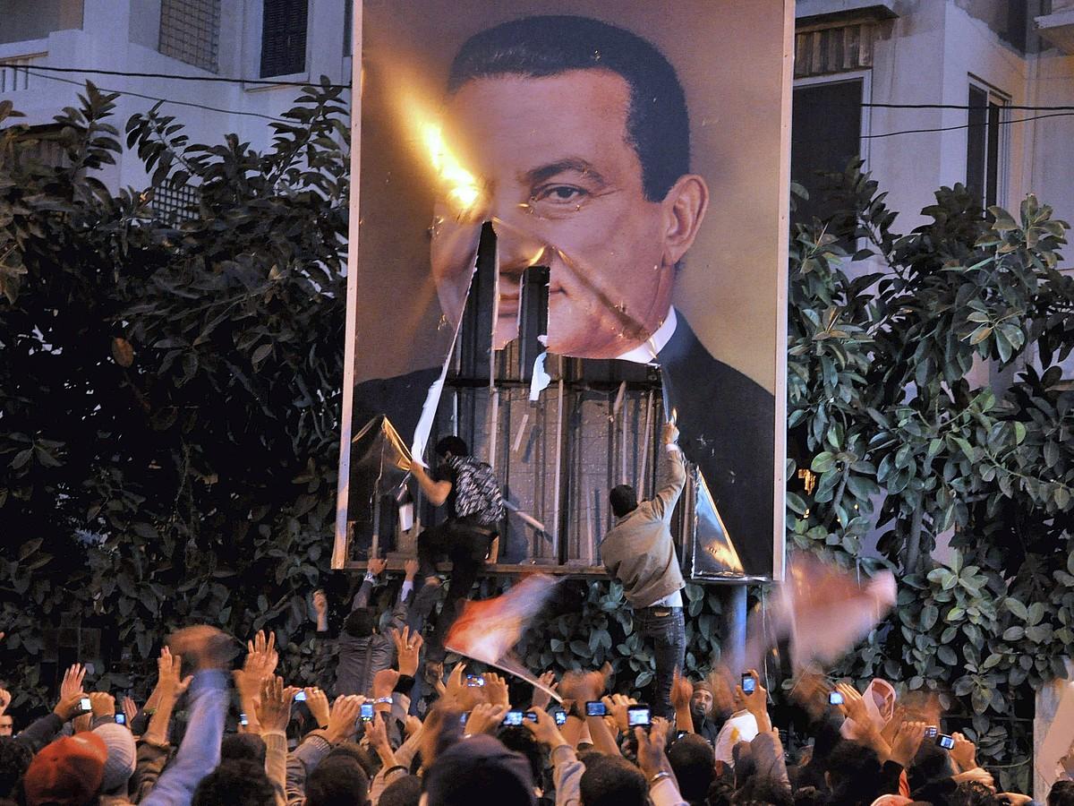 Herritarrak Hosni Mubaraken irudi bat hondatzen, 2011ko urtarrilaren 25ean, Alejandrian. ©AHMED YOUSSEF / EFE