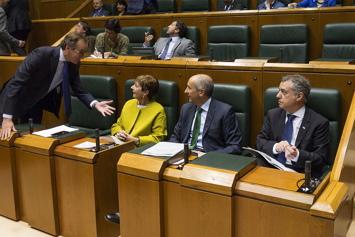 Alfonso Alonso, atzo, legebiltzarrean, Arantza Tapia, Josu Erkoreka eta Iñigo Urkullurengana hurbilduta. ©J.R. GOMEZ / EFE