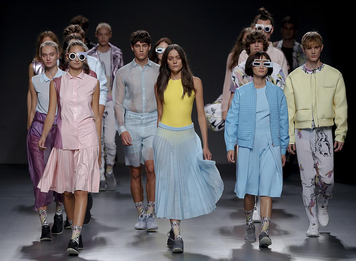 Gizon eta emakume modeloak,Madrilgo Fashion Week-en desfilatzen. ©BALLESTEROS / EFE