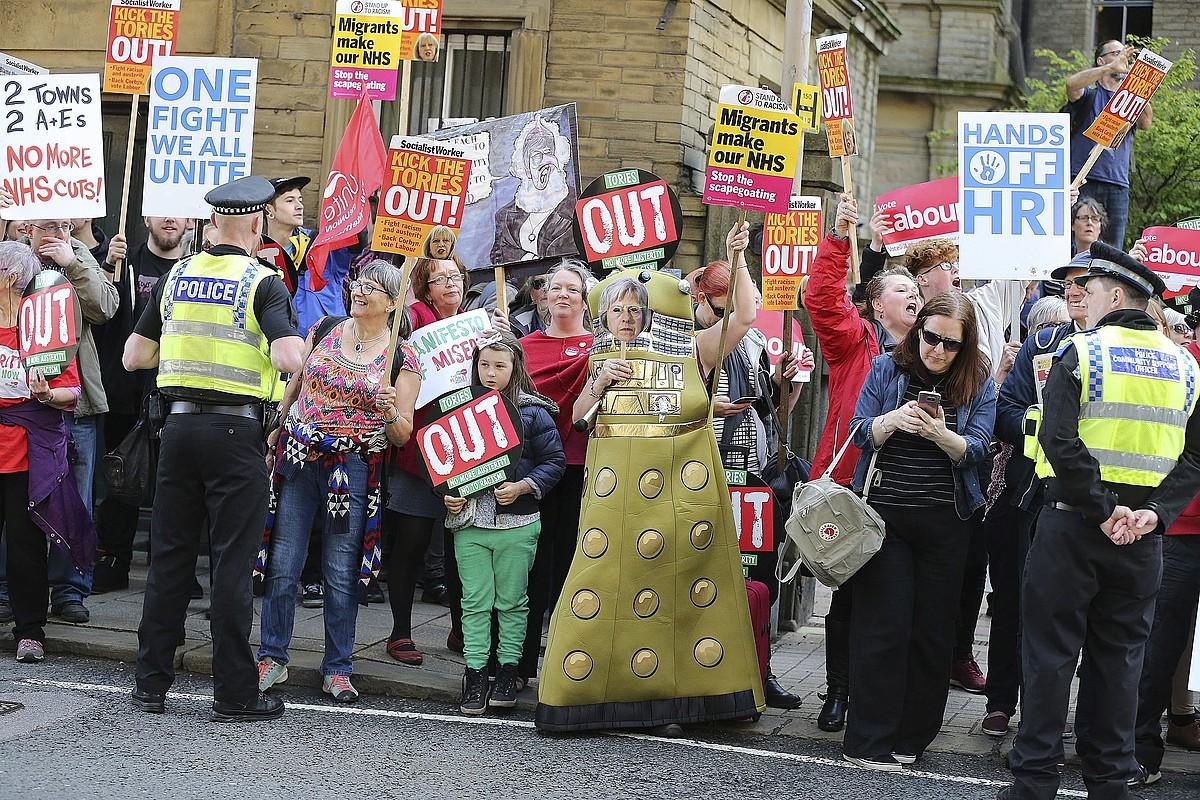 Theresa May eta haren alderdiaren aurkako protesta egin zuten atzo Halifaxen.