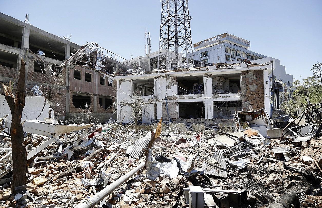 Eraikinak txikituta, atentatuaren ondoren, atzo, Kabulen, Afganistango hiriburuan. ©HEDAYATULLAH AMID / EFE