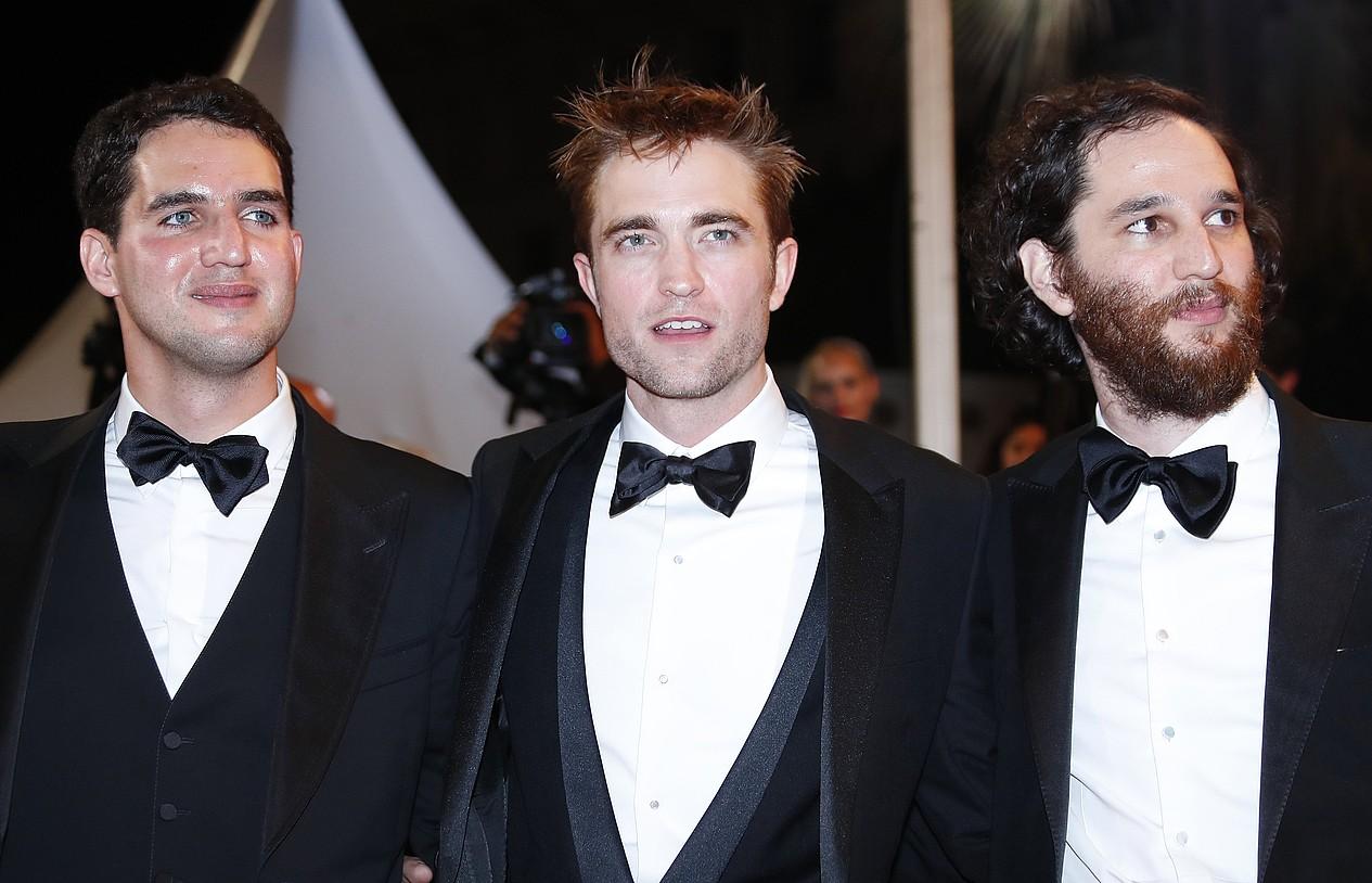<em>Good Time</em> filmeko taldea: Josh eta Benny Safdie zuzendariak, Robert Pattinson aktorearekin —erdian—. ©IAN LANGSDON / EFE