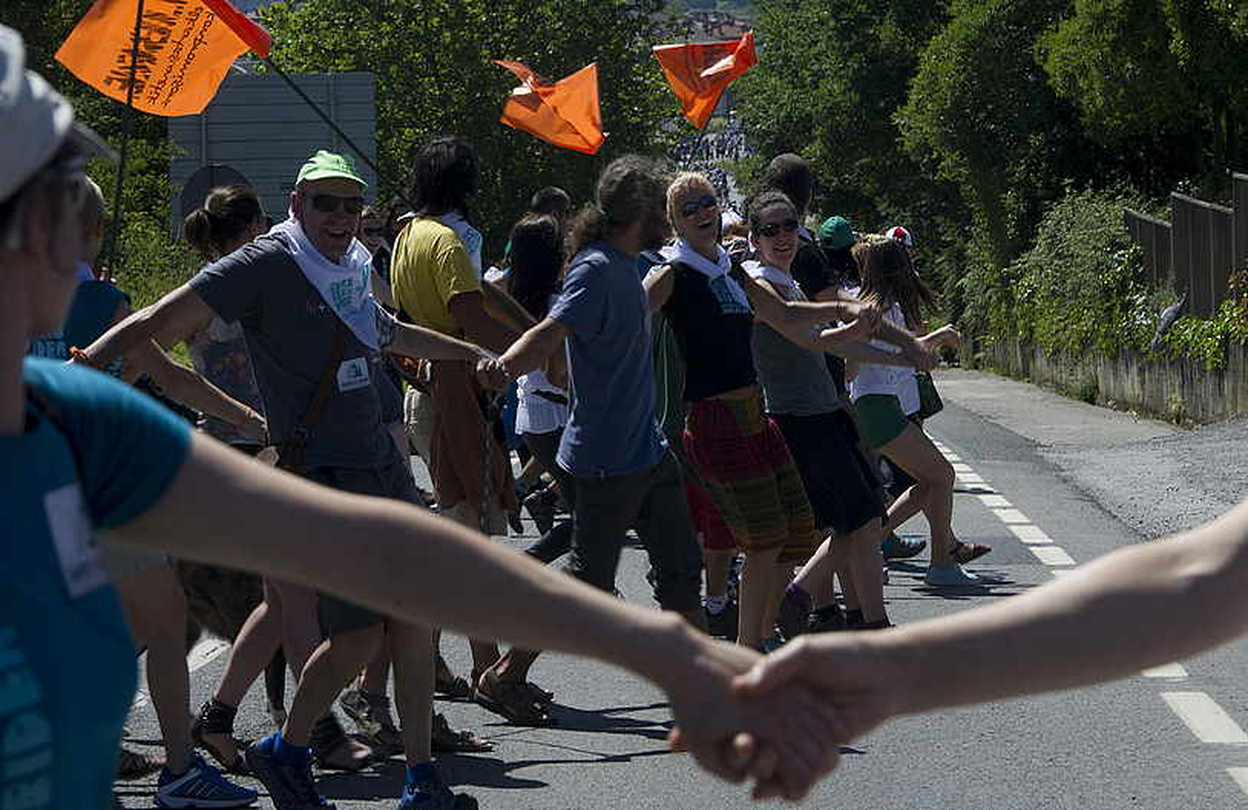 Gure Esku Dago-ren giza kateak Durango eta Iruñea lotu zituen 2014ko ekainaren 8an. Irudian, giza katea, Elorrion. / RAUL BOGAJO / ARGAZKI PRESS