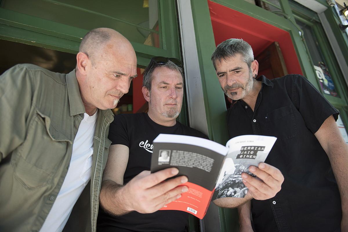 Andoni Egaña, Jon Maia eta Unai Iturriaga, atzo, Donostiako Rekalde tabernako aurkezpenean. ©JUAN CARLOS RUIZ / ARP