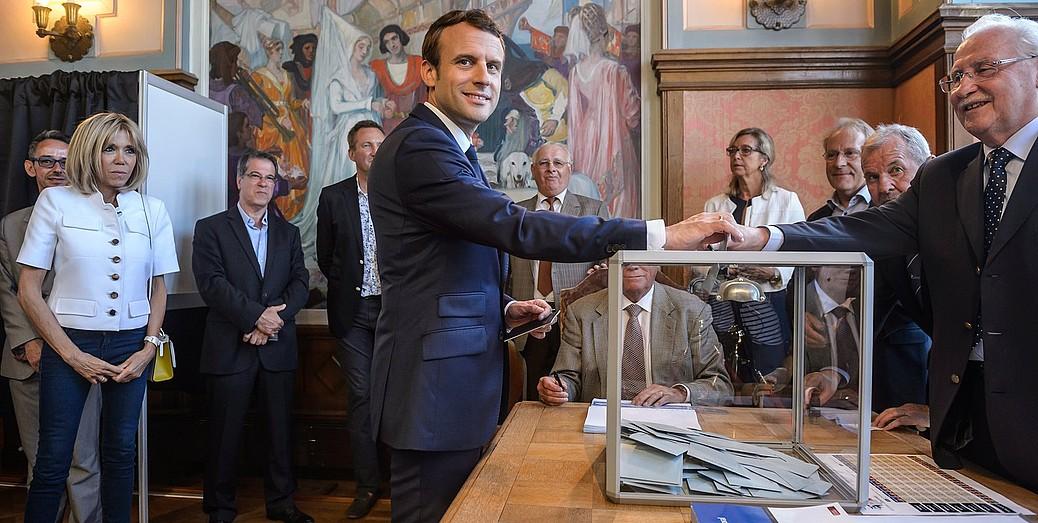 Frantziako presidente Emmanuel Macron legebiltzarrerako hauteskundeetan botoa ematen, igandean.