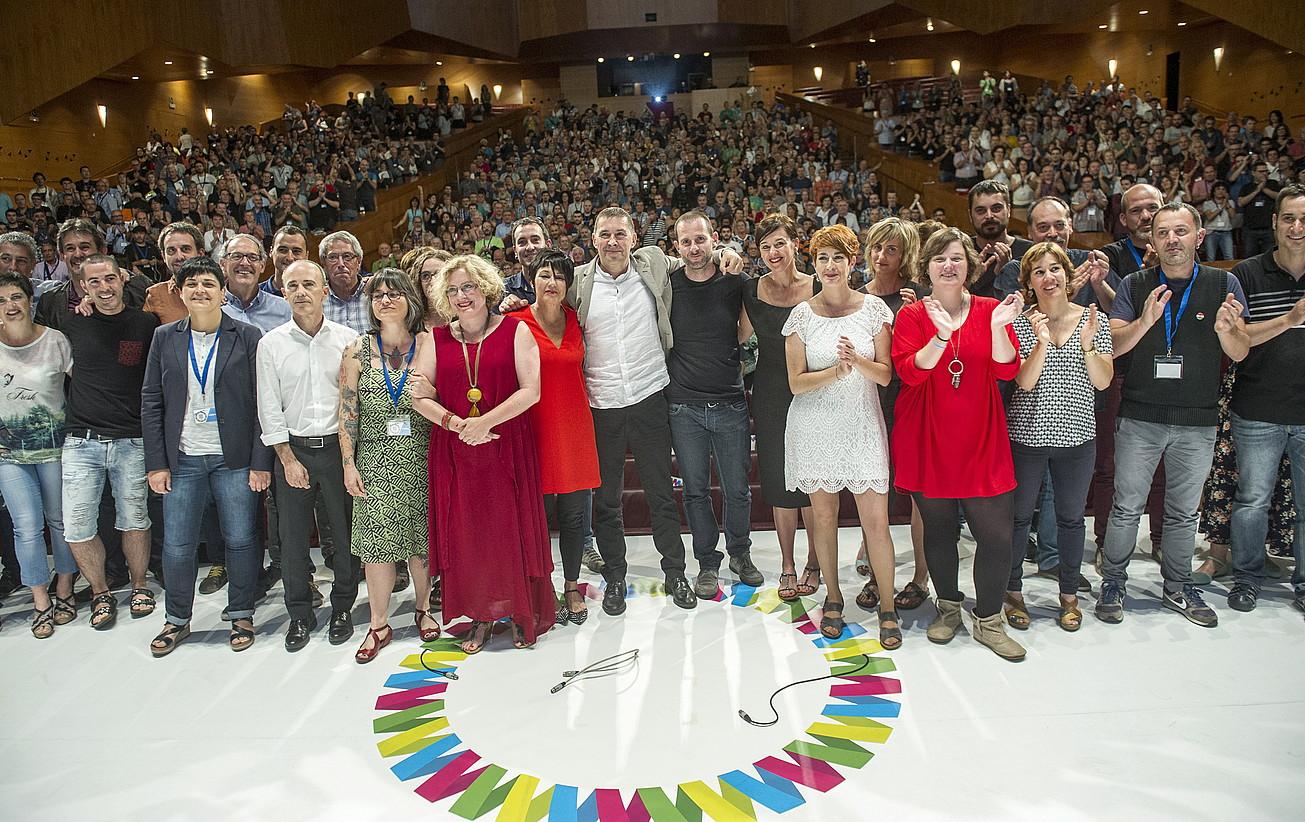 EH Bilduren I. Kongresua amaitutakoan, zuzendaritzaren argazkia, Arnaldo Otegi koordinatzaile nagusiarekin.