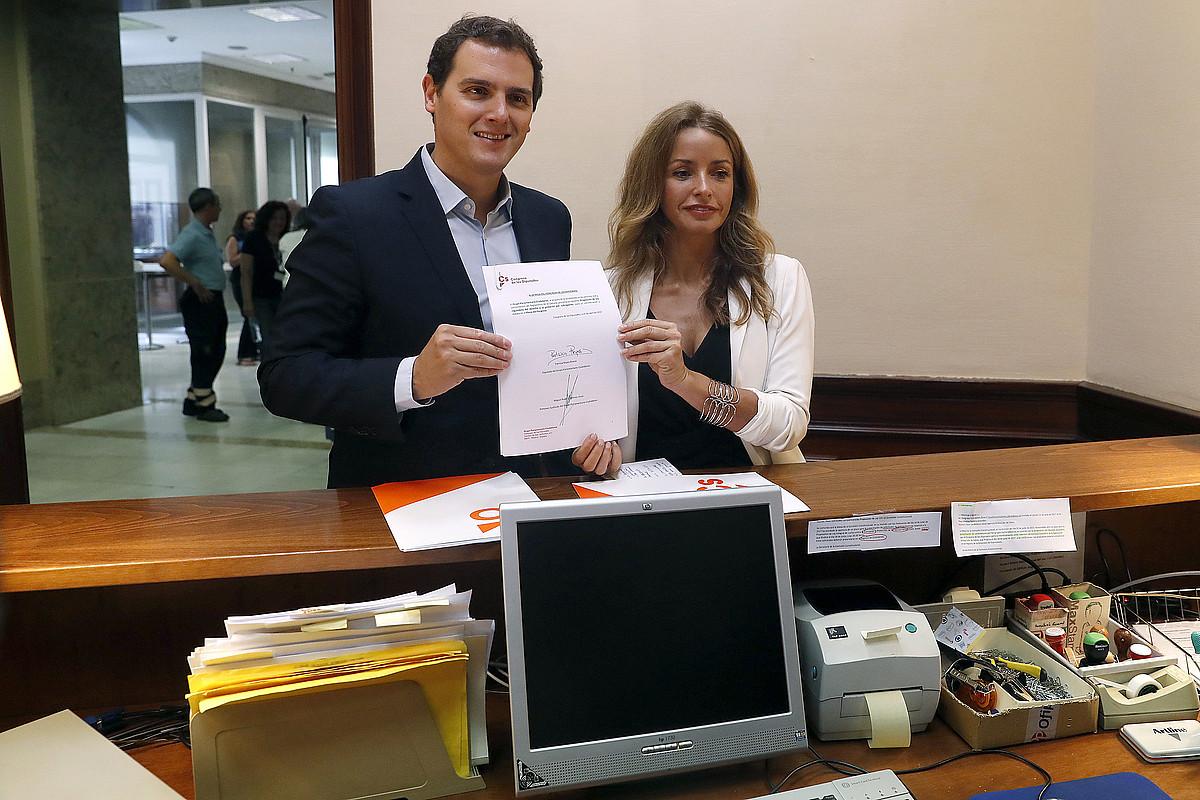 Ciudadanoseko diputatu Albert Rivera eta Patricia Reyes, atzo, Kongresuan proposamena erregistratzen. ©JAVIER LIZON / EFE
