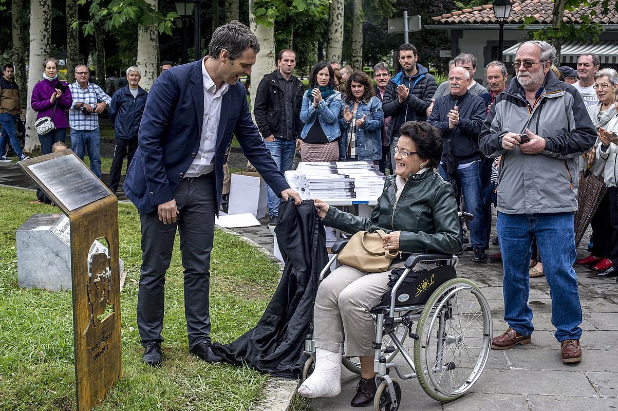 Eneko Etxeberria eta Arantxa Saseta, Kandido Sasetaren omenezko oroigarria desestaltzen. ©JAIZKI FONTANEDA / ARGAZKI PRESS