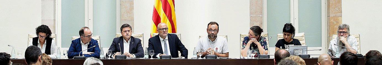 Junts Pel Siko eta CUPeko diputatuak, atzo, Kataluniako Parlamentuan Erreferendum Legea aurkezten. ©ALBERTO ESTEVEZ / EFE
