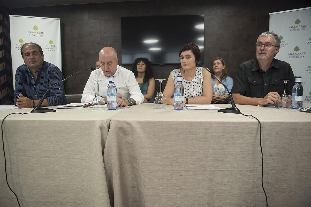 Agus Hernan (Foro Soziala), Raul Arza (UGT), Garbiñe Aranburu (LAB) eta Adolfo Muñoz (ELA), atzo, Bilbon. / MONIKA DEL VALLE / ARGAZKI PRESS