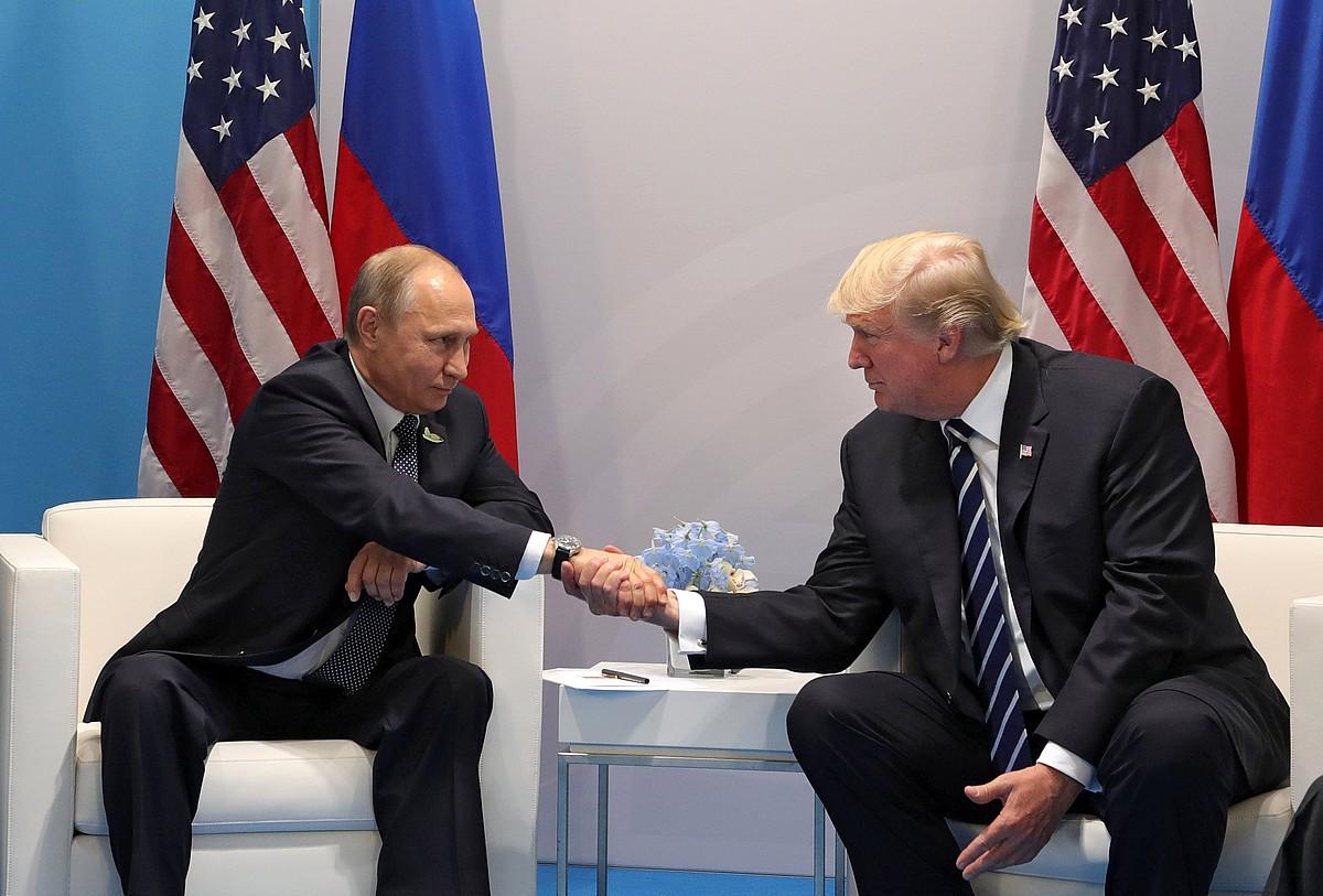 Vladimir Putin Errusiako presidentea eta Donald Trump AEBetakoa, atzo Hanburgon, elkarri bostekoa ematen. ©MICHAEL KLIMENTYEV / EFE