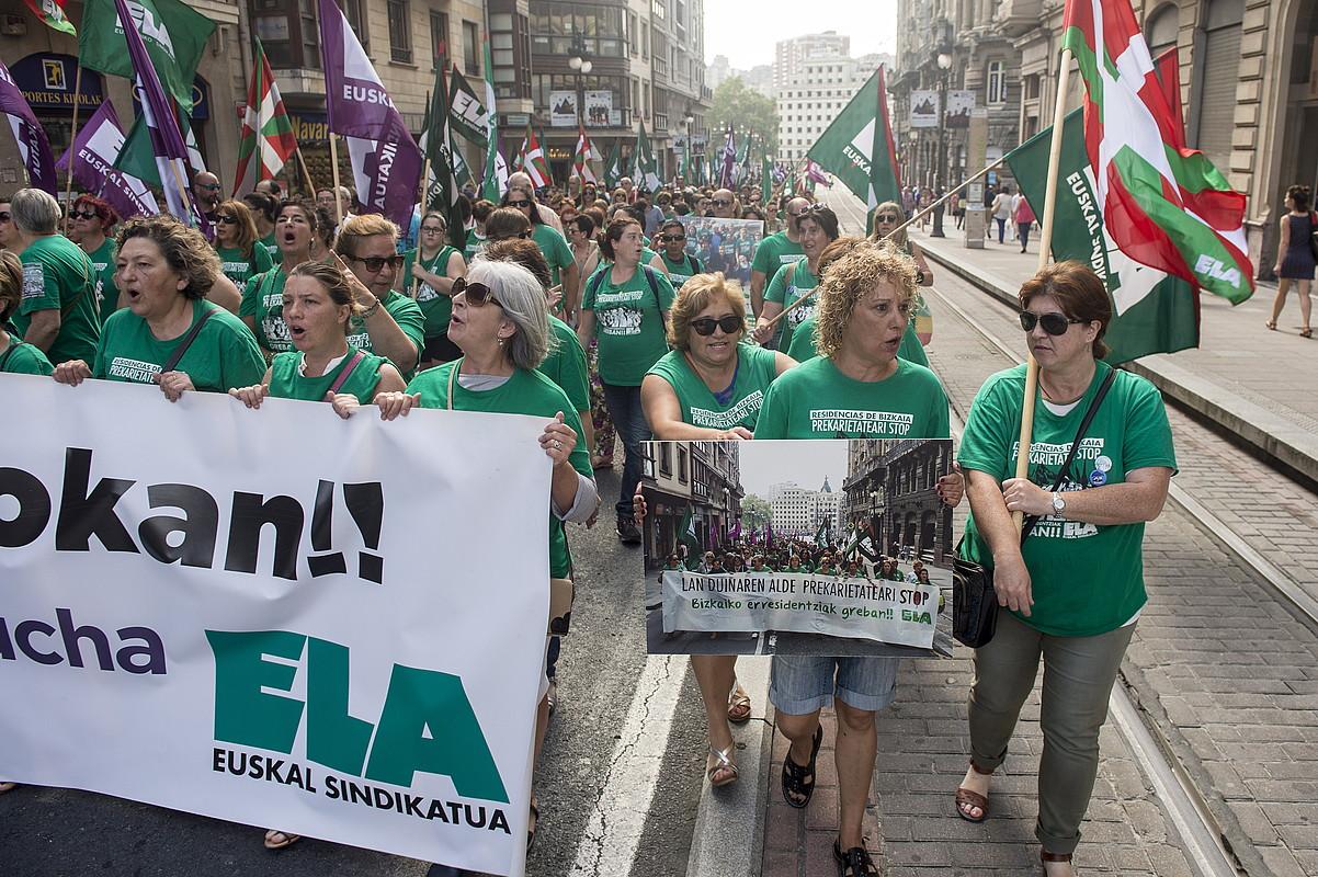 Uztailaren 5ean, 2.000 pertsona elkartu ziren Bilbon, zahar etxeetako langileek antolatutako azken manifestazioan. ©MONIKA DEL VALLE / ARGAZKI PRESS