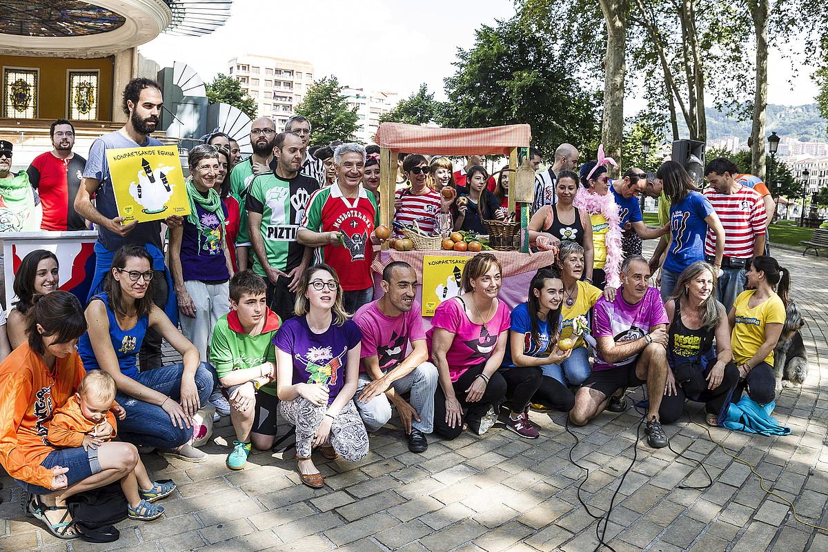 Bilboko Konpartsetako kideak, Konpartsero Eguna aurkezteko egin zuten agerraldian, atzo. ©ARITZ LOIOLA / ARGAZKI PRESS