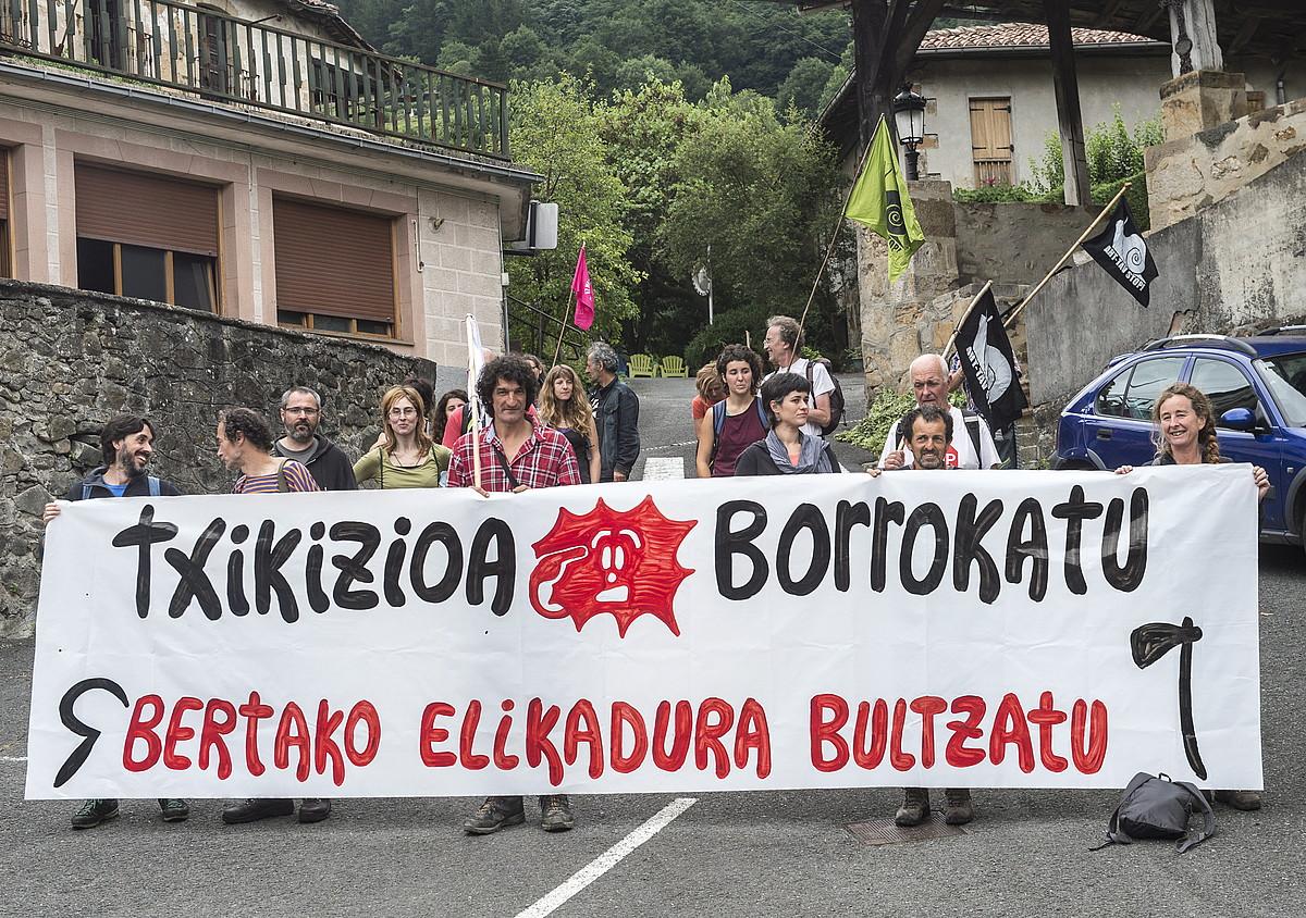 AHT Geldituko kideak, atzo goizean, martxari ekiteko prest. ©MARISOL RAMIREZ/ARGAZKI PRESS