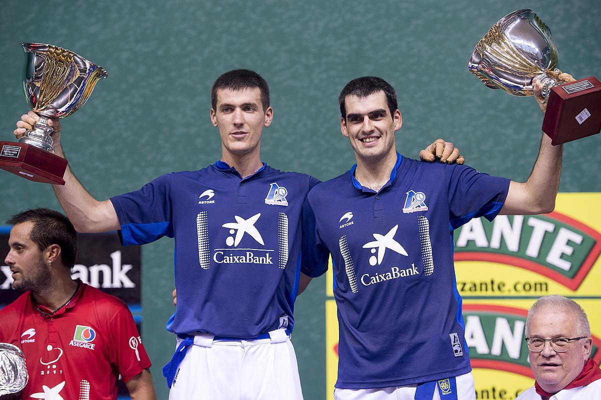 Beñat Rezusta eta Joseba Ezkurdia San Fermin torneoko trofeoak altxatzen. ©IÑIGO URIZ / ARGAZKI PRESS