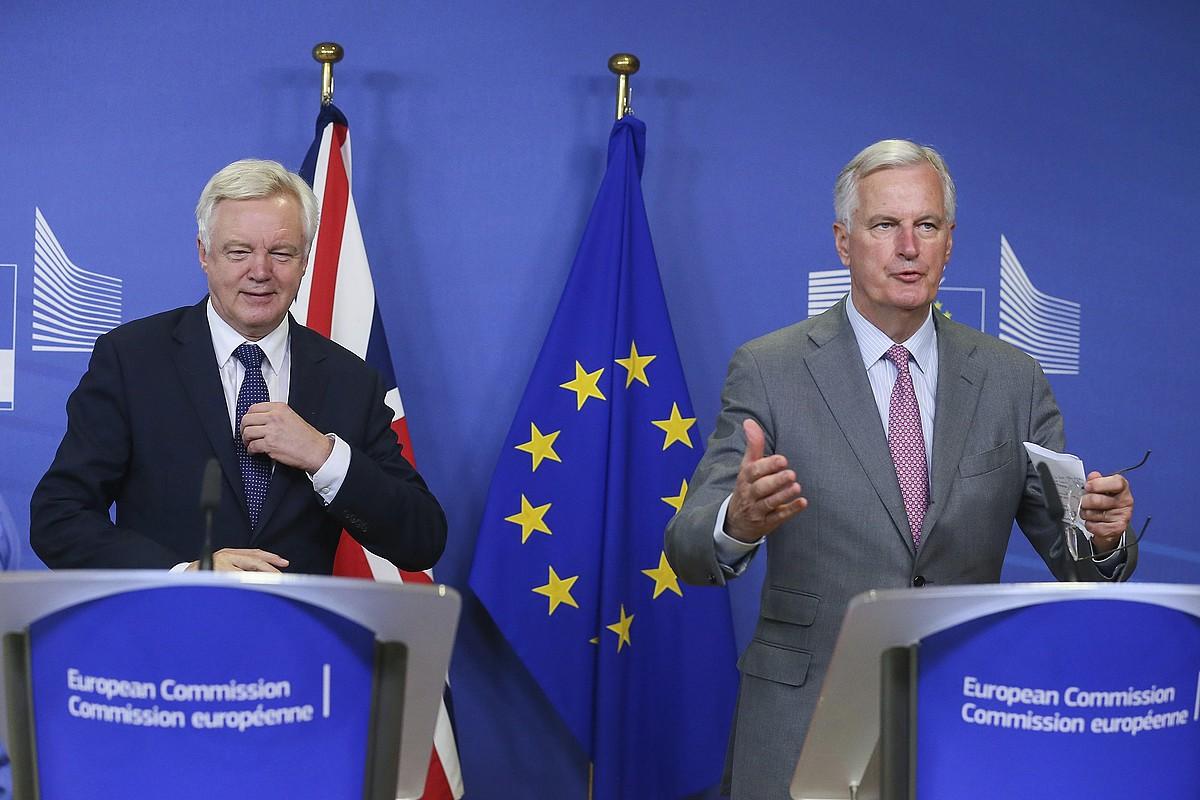 David Davis <i>brexit</i>-erako Erresuma Batuaren negoziazioburua eta Michel Barnier EB Europako Batasunekoa, atzo Bruselan. ©STEPHANIE LECOCQ / EFE