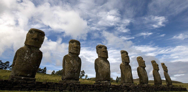 Moai eskultura entzutetsuak dira rapanuien ondarerik ezagunena.