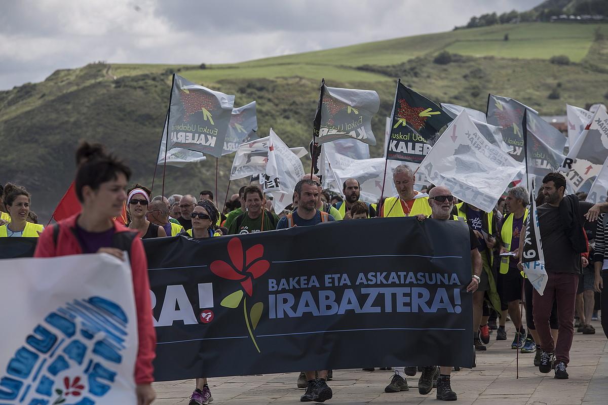 Kalera martxako partaideak, atzo eguerdian, Zarauzko malekoian.