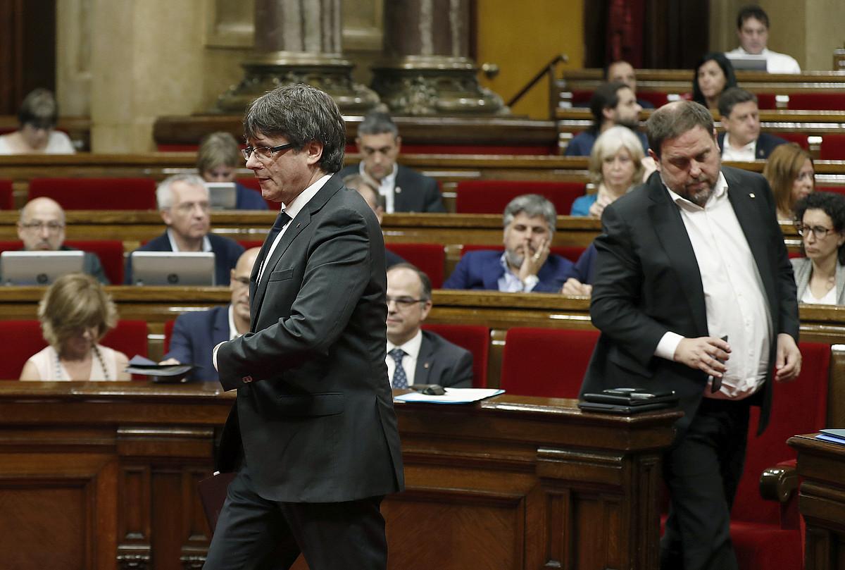 Carles Puigdemont Kataluniako presidentea eta Oriol Junqueras presidenteorde eta Ekonomia kontseilaria, atzo, parlamentuan. ©ANDREU DALMAU / EFE