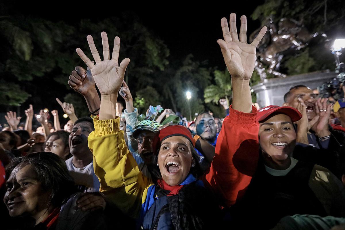 Chavismoaren aldeko hainbat lagun, herenegun, Caracasko Bolivar plazan, hauteskundeetan parte hartzea ospatzen. ©MIGUEL GUTIERREZ / EFE