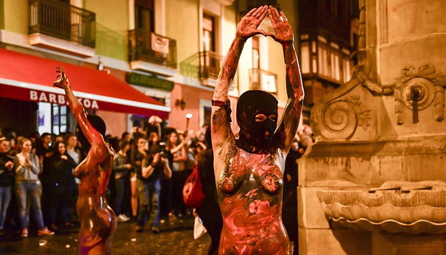 Emakume bat, keinu feminista egiten, iaz Iruñean sanferminen aurretik egindako martxan.