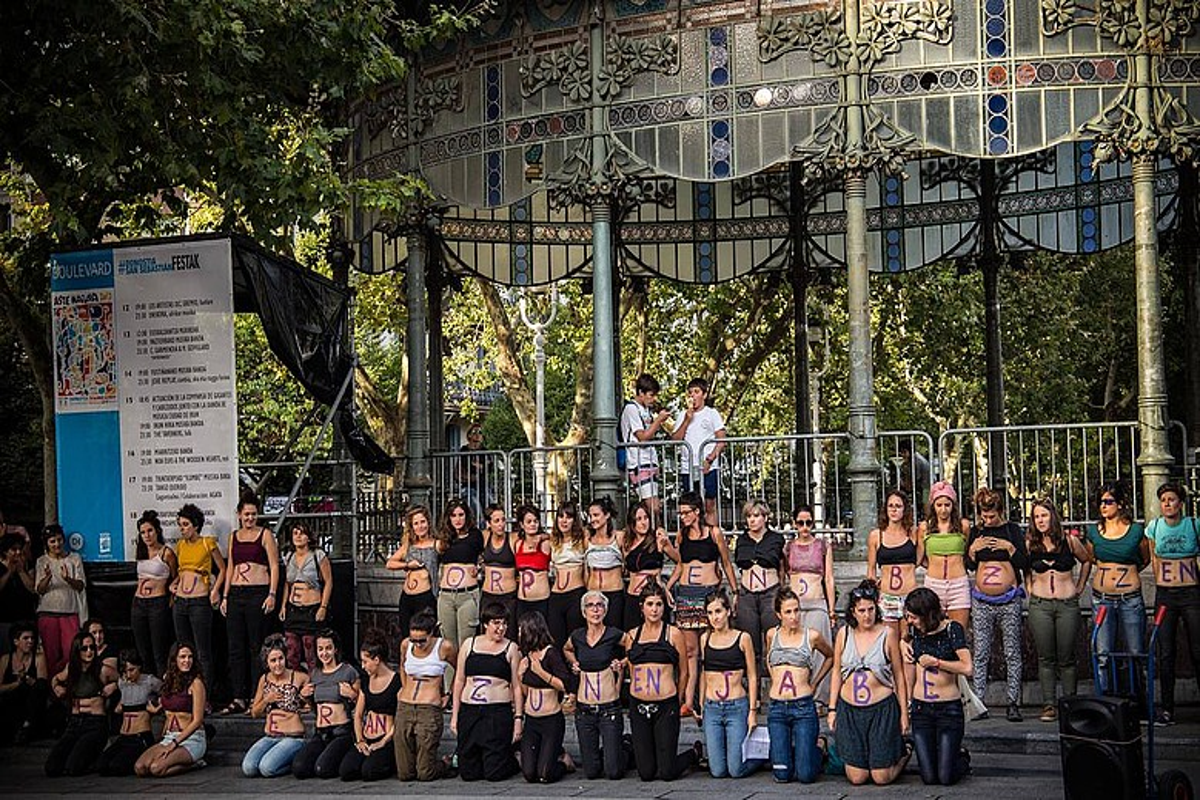 Gorputzean idatzi zuten euren aldarrikapena emakumeek, atzo, Donostian eginiko protestan. ©ANDONI MIKELARENA