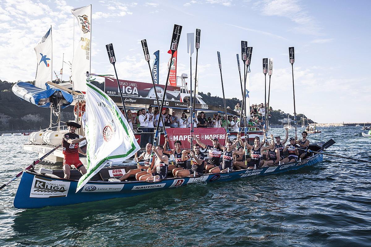 Eneko Bilbao Urdaibaiko patroia, Hondarribiko banderarekin, estropada irabazi berritan.